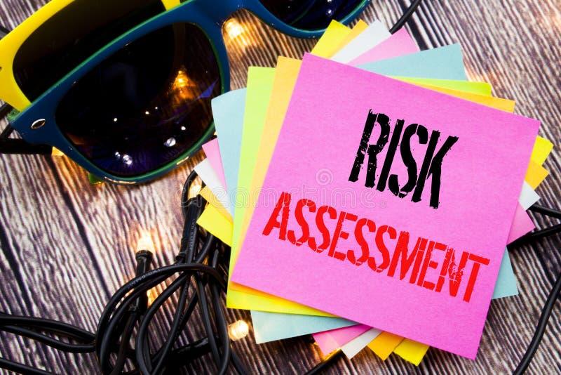 Wort, Risikobeurteilung schreibend Geschäftskonzept für Sicherheits-Gefahr Analyze geschrieben auf klebrige Anmerkung mit Kopienr lizenzfreie stockbilder