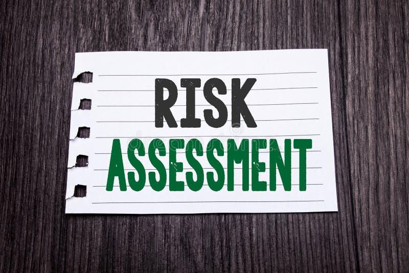 Wort, Risikobeurteilung schreibend Geschäftskonzept für Sicherheits-Gefahr Analyze geschrieben auf klebriges Briefpapier auf dem  stockfotos