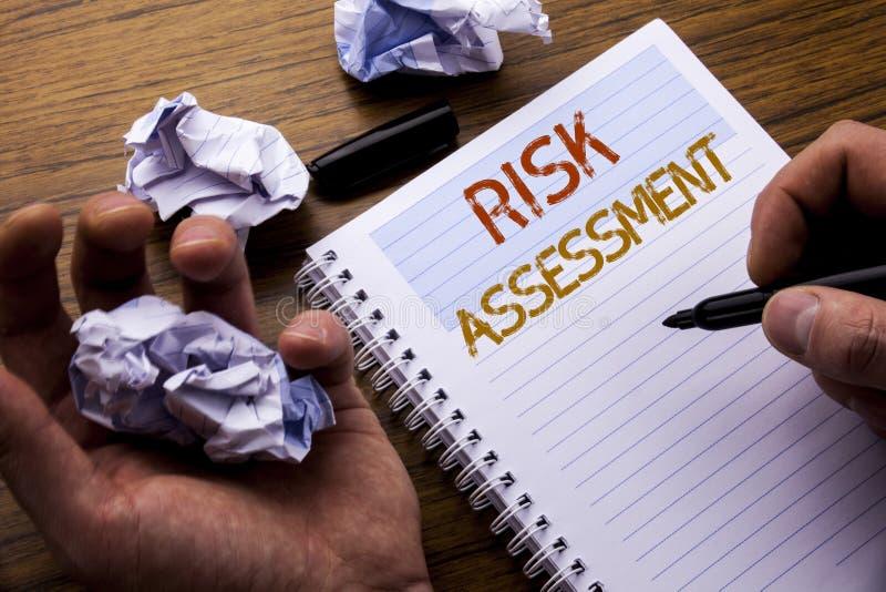 Wort, Risikobeurteilung schreibend Konzept für Sicherheits-Gefahr Analyze geschrieben auf Notizbuchnotizblockbriefpapier auf dem  lizenzfreie stockfotos