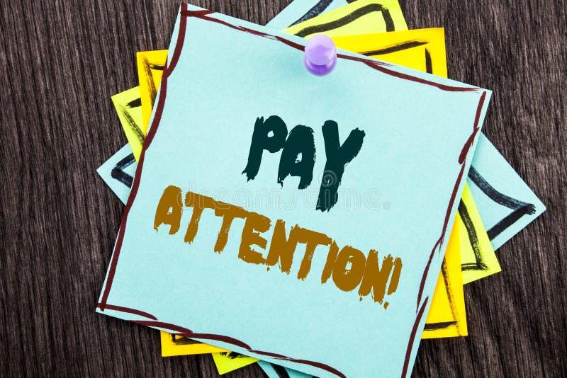 Wort, Schreiben, Text Lohn-Aufmerksamkeit Geschäftskonzept für gibt aufpassen die aufmerksame Warnung acht, die auf blaues klebri lizenzfreies stockfoto