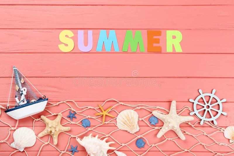Wort-Sommer mit Muscheln stockfotografie