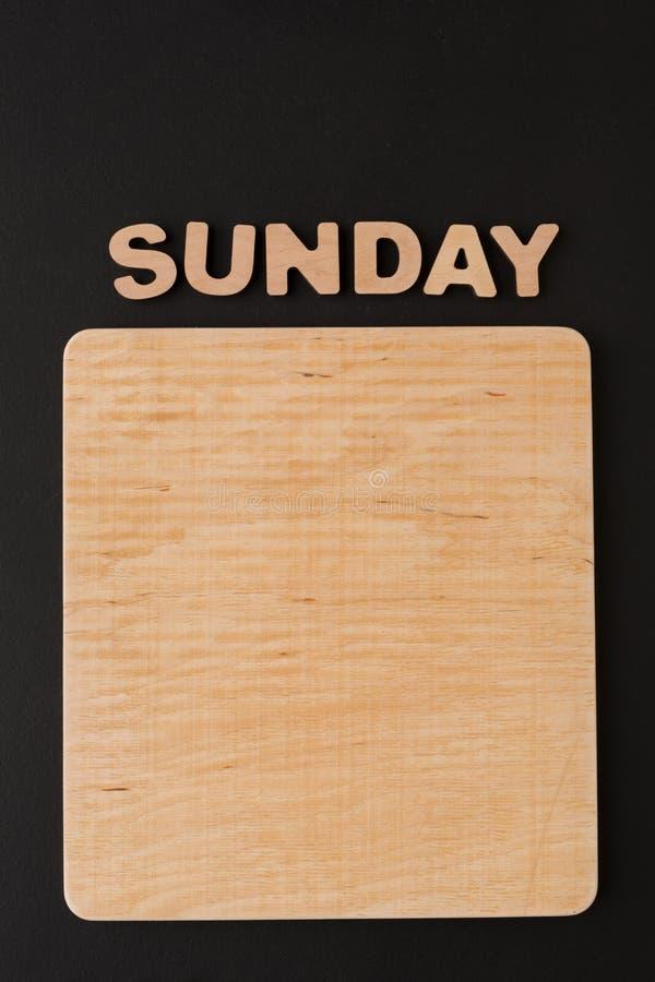Wort Sonntag mit leerem Brett lizenzfreie stockbilder
