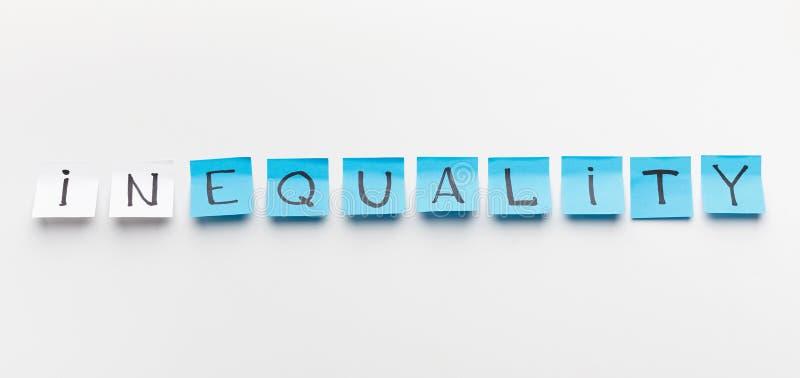Wort-Ungleichheit geschrieben auf Büroaufkleber, Panorama stockfoto