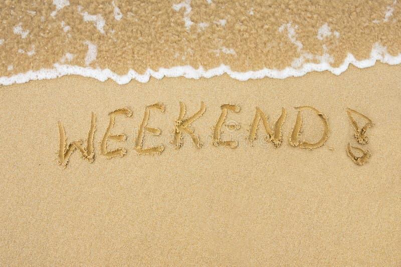 Wort-Wochenende geschrieben auf Sand lizenzfreie stockbilder