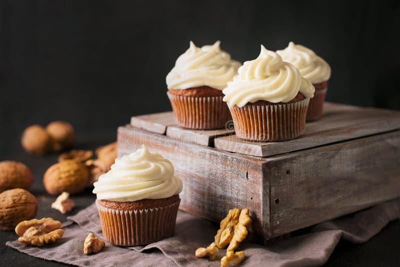 Wortel cupcakes of muffins met noten op donkere achtergrond royalty-vrije stock fotografie