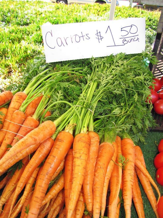 Wortelen bij Landbouwersmarkt stock fotografie