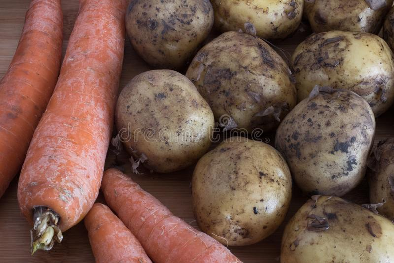 Wortelen en aardappelsclose-up, de herfstoogst, landbouw royalty-vrije stock afbeelding