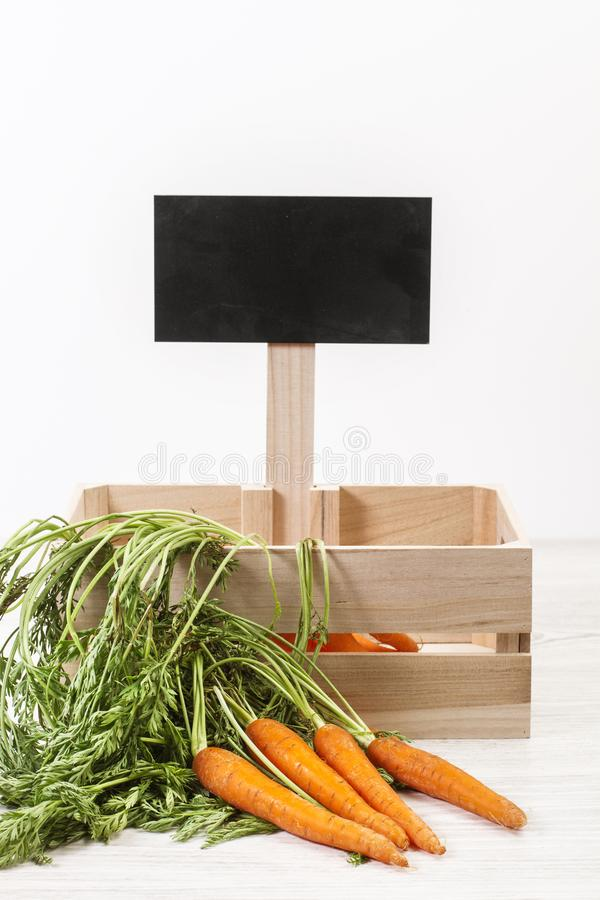 Wortelen en een houten doos stock foto