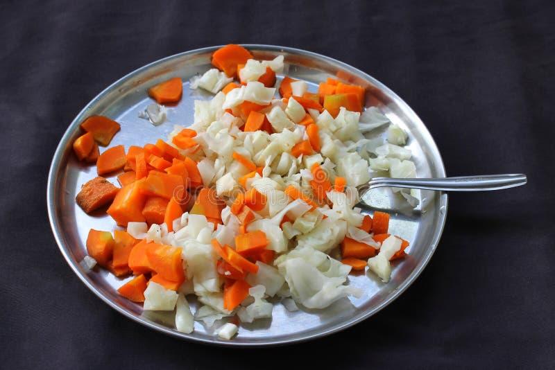 Wortelen en kool - gezond vers dieet, gestoomde groenten stock afbeeldingen