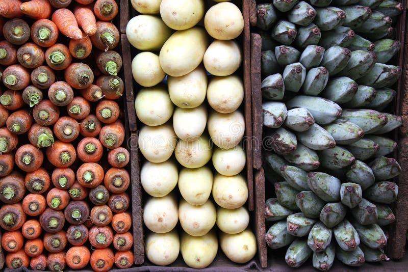 Wortelen, groene bananen en witte aubergines stock afbeelding
