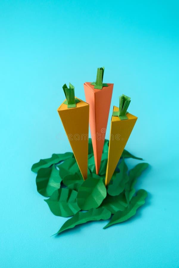 Wortelen, spinazie en arugulabladeren die van document op blauwe achtergrond worden gemaakt Verse product-groenten vegetables Min stock afbeelding