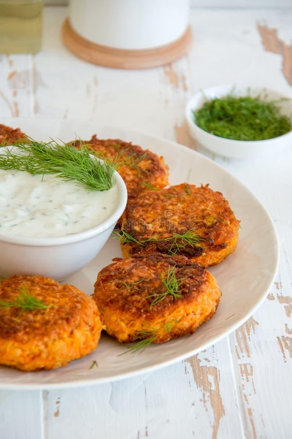 Wortelkoteletten met dille en witte Griekse saus royalty-vrije stock foto's