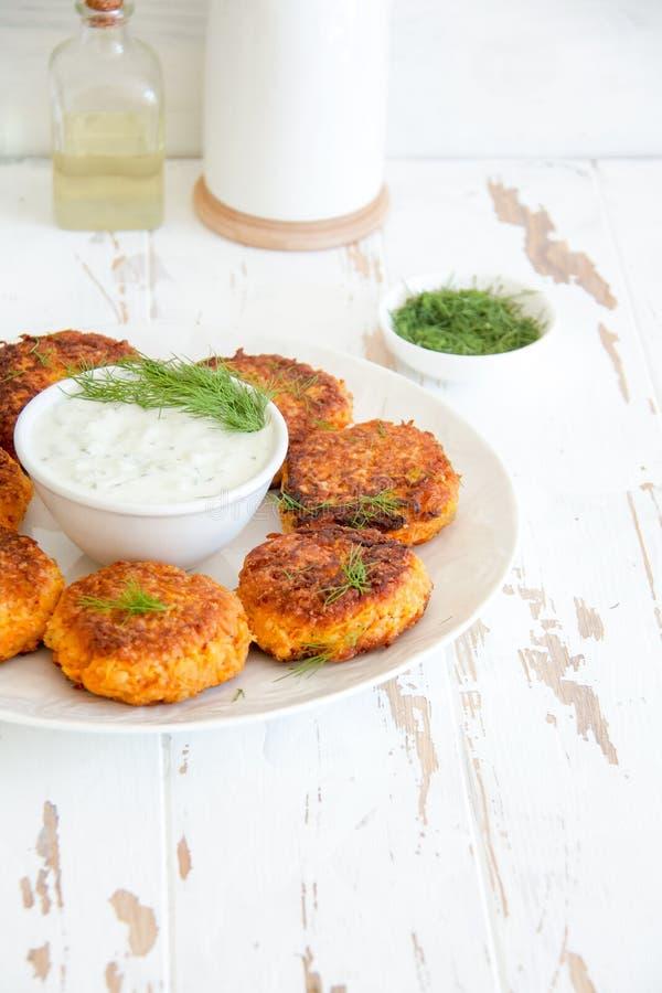 Wortelkoteletten met dille en witte Griekse saus stock afbeelding