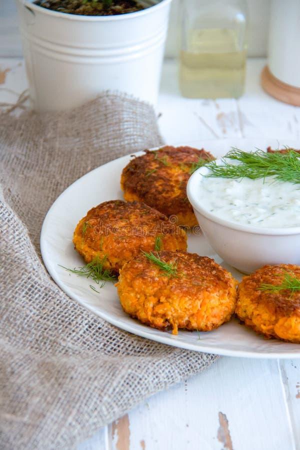 Wortelkoteletten met dille en witte Griekse saus stock fotografie