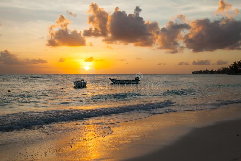 Worthing plaża w Barbados przy zmierzchem Dwa łódź w przedpolu obraz stock