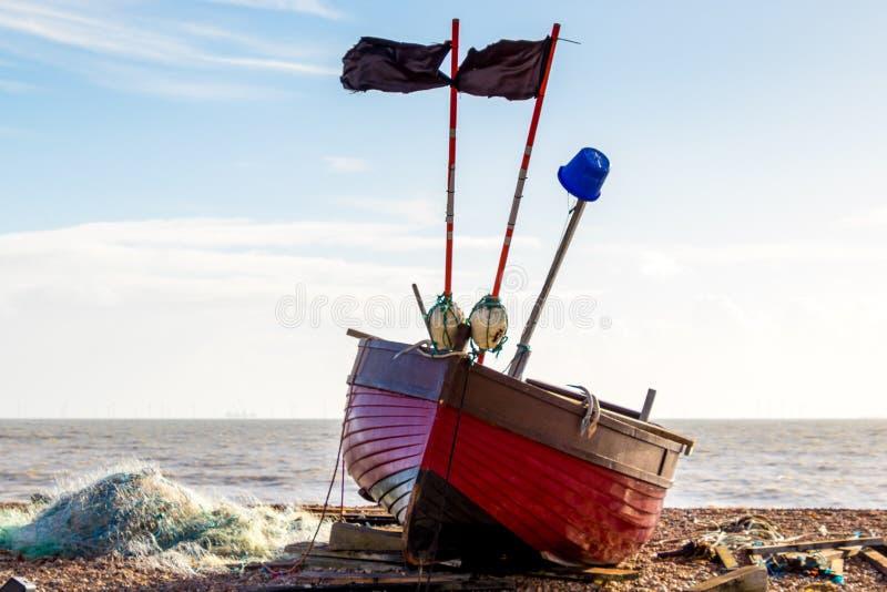 WORTHING, SUSSEX/UK DEL OESTE - 13 DE NOVIEMBRE: Vista de un barco de pesca en la playa en Worthing Sussex del oeste el 13 de nov fotos de archivo libres de regalías