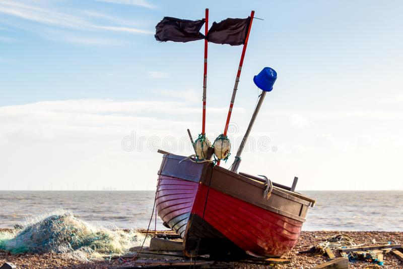 WORTHING, ZACHODNI SUSSEX/UK - LISTOPAD 13: Widok łódź rybacka na plaży w Worthing Zachodni Sussex na Listopadzie 13, 2018 zdjęcia royalty free