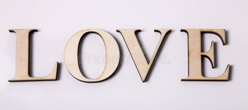 Wortliebe machte von den hölzernen Buchstaben, die auf weißem Hintergrund lokalisiert wurden stockfotografie