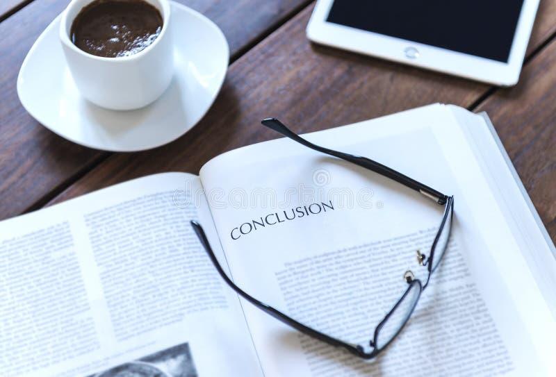 Wortschlussfolgerung auf einer Buchseite lizenzfreies stockbild
