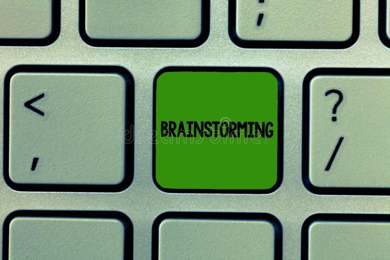 Wortschreibens-Text Brainstorming Geschäftskonzept für Griff eine Gruppendiskussion, zum von Ideen zu produzieren team Arbeit Sit stockfotografie
