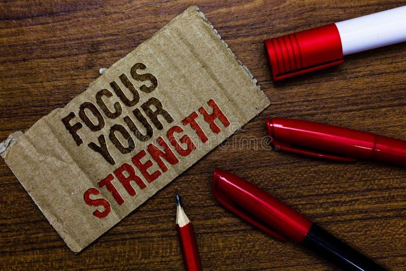 Wortschreibens-Text Fokus Ihre Stärke Geschäftskonzept für Improve Fähigkeiten arbeiten an Schwächepunkten denken mehr Stiftbleis lizenzfreie stockfotografie