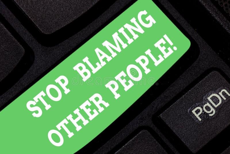 Wortschreibens-Text Halt, der andere Leute tadelt Geschäftskonzept für lassen Entschuldigungen Ihre Störungsschuld Tastatur nicht lizenzfreie stockfotografie