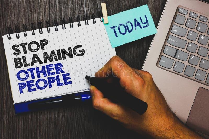 Wortschreibens-Text Halt, der andere Leute tadelt Geschäftskonzept für lassen Entschuldigungen Ihren stic Störungsschuld Papierkl stockbild