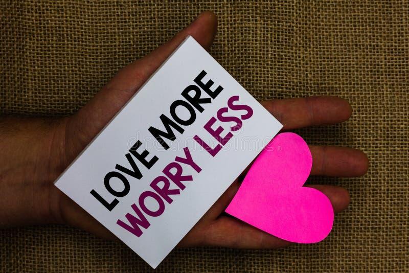 Wortschreibens-Text Liebe mehr Sorge weniger Geschäftskonzept für lassen eine gute Haltungsmotivation liebenswürdig sein genießen stockfoto