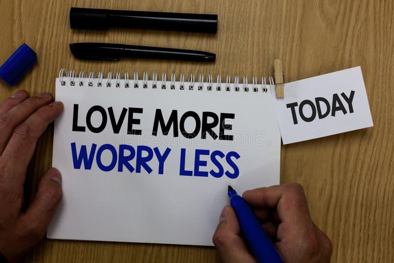 Wortschreibens-Text Liebe mehr Sorge weniger Geschäftskonzept für lassen eine gute Haltungsmotivation liebenswürdig sein genießen lizenzfreie stockbilder