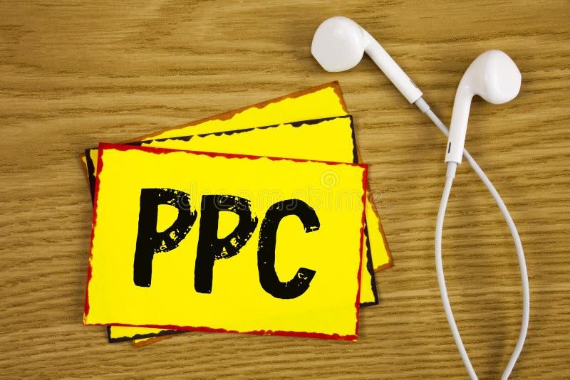 Wortschreibens-Text Ppc Geschäftskonzept für Bezahlung-pro-Klick- Werbestrategie-direkten Verkehr zu den Website geschrieben auf  stockfotografie