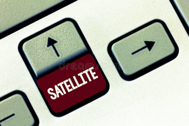 Wortschreibens-Text Satelitte Geschäftskonzept für den künstlichen Körper gelegt in Bahn ringsum die Erde oder einen anderen Plan lizenzfreie stockbilder