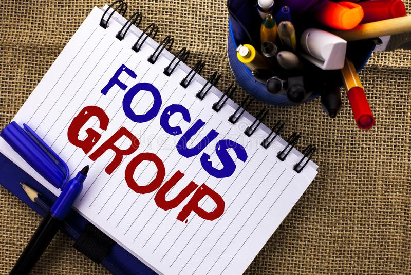Wortschreibens-Text Zielgruppe Geschäftskonzept für wechselwirkende Konzentrationsplanungs-Konferenz-Übersicht fokussierte geschr lizenzfreie stockfotografie
