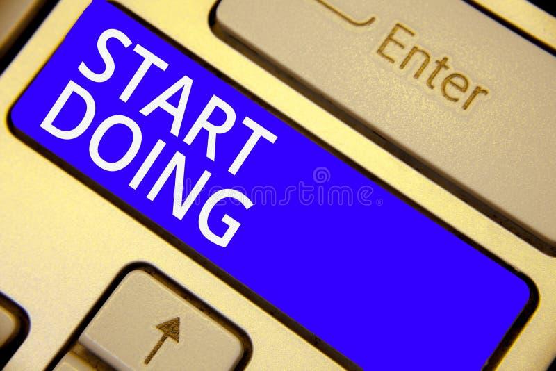 Wortschreibenstext Anfangshandeln Geschäftskonzept für das Bitten jemand, mit Aktion zu gehen im Augenblick zögern nicht blauer S stockfoto