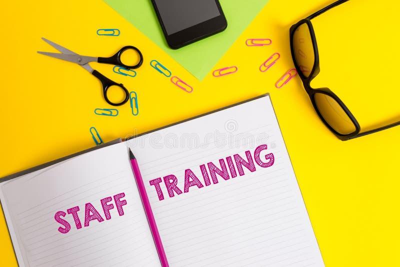 Wortschreibenstext Ausbildung des Personals Geschäftskonzept für Programm, das Angestellten hilft, spezifisches Wissen Blatt zu l lizenzfreie stockfotos