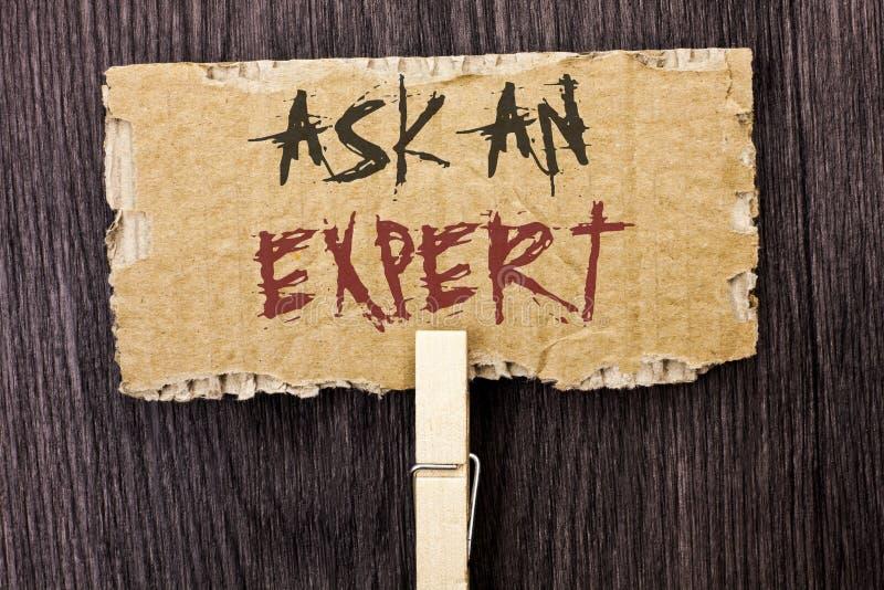 Wortschreibenstext fragen einen Experten Geschäftskonzept für Consult ein Berufsbitten um Rat machen eine Frage, die auf Cardboar lizenzfreie stockfotografie