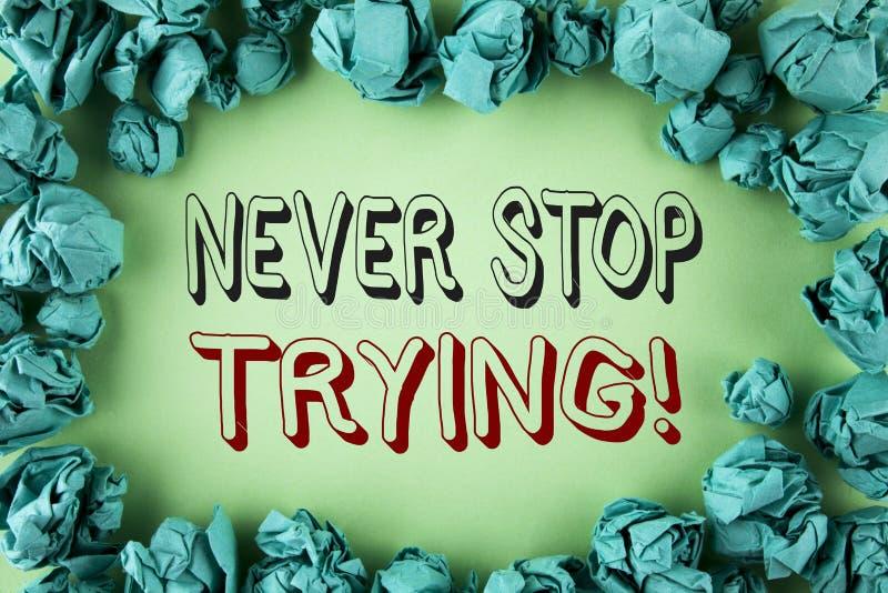 Wortschreibenstext hören nie auf, Motivanruf zu versuchen Geschäftskonzept für gehen an aufgeben nicht das Selbstvertrauen, das a vektor abbildung