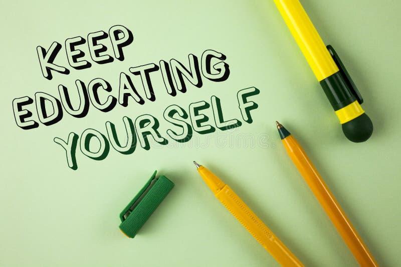 Wortschreibenstext halten Bildung sich Geschäftskonzept für nie hören auf zu lernen, besseres Improve zu sein anregen geschrieben lizenzfreies stockfoto