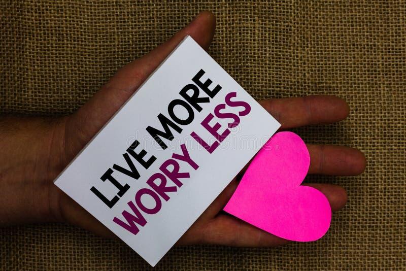 Wortschreibenstext Live More Worry Less Geschäftskonzept für lassen eine gute Haltungsmotivation unvorsichtig sein genießen mensc stockfotografie