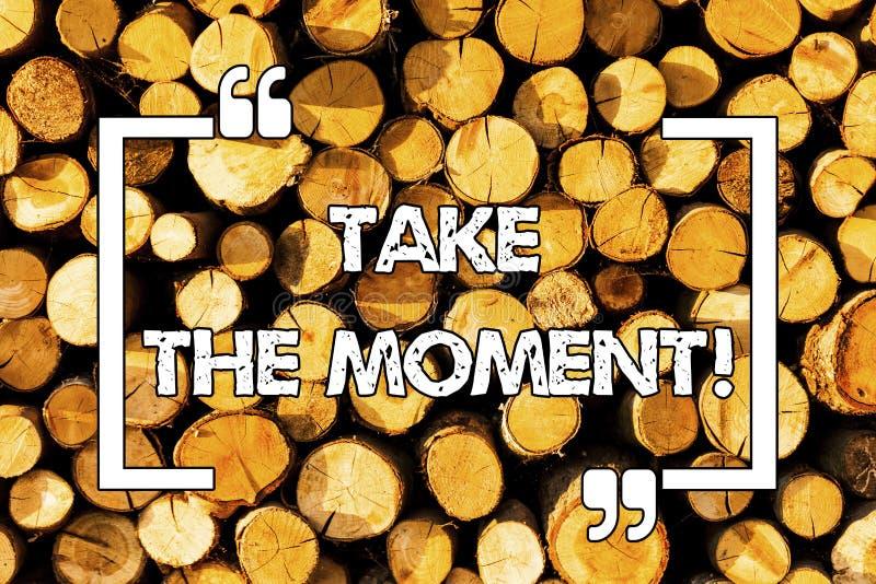 Wortschreibenstext nehmen den Moment Geschäftskonzept für Seize der Tag und die Gelegenheit glückliches optimistisches Positiv se stockfoto