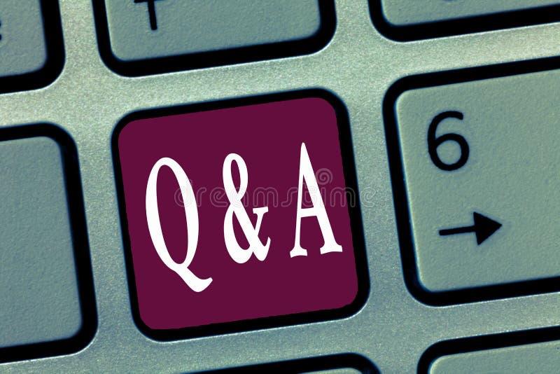 Wortschreibenstext Q und A Geschäftskonzept für Austausch von Fragen und Antworten zwischen Gruppen des Darstellens lizenzfreies stockbild