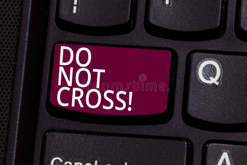 Wortschreibenstext tun nicht Quer Geschäftskonzept für die Kreuzung ist die verbotene gefährliche Vorsicht, die, um warnt sie nic stockfotografie