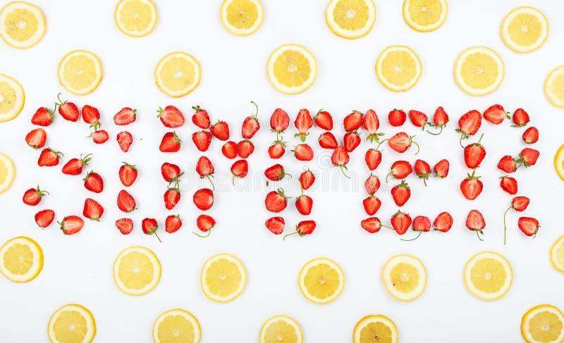 Wortsommer gemacht von den Erdbeerscheiben stockfotos