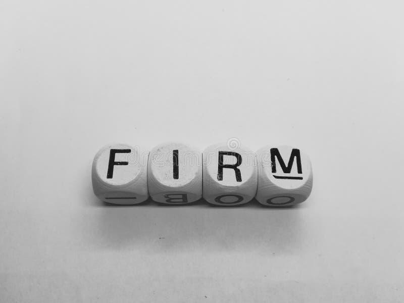 Wortunternehmen buchstabiert in den Würfeln stockfoto
