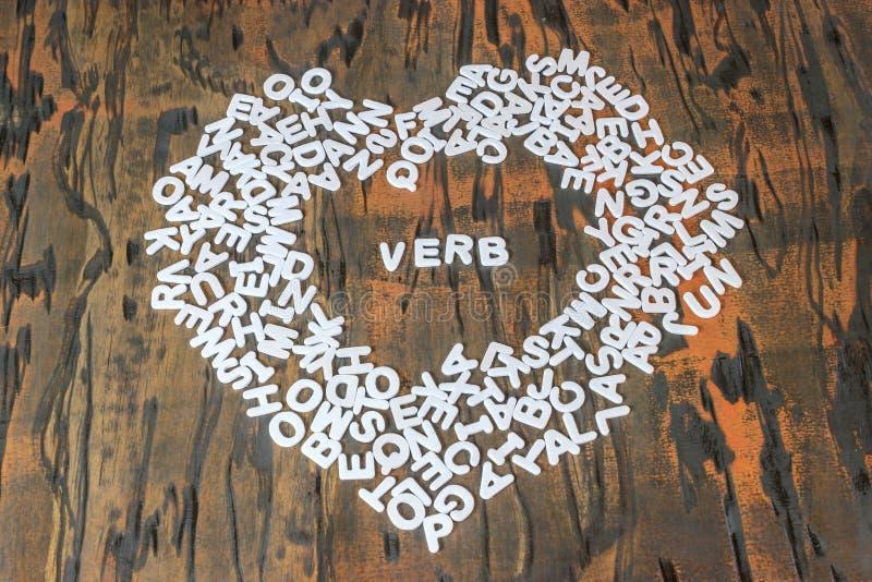 Wortverb innerhalb des Herzens stockfotos