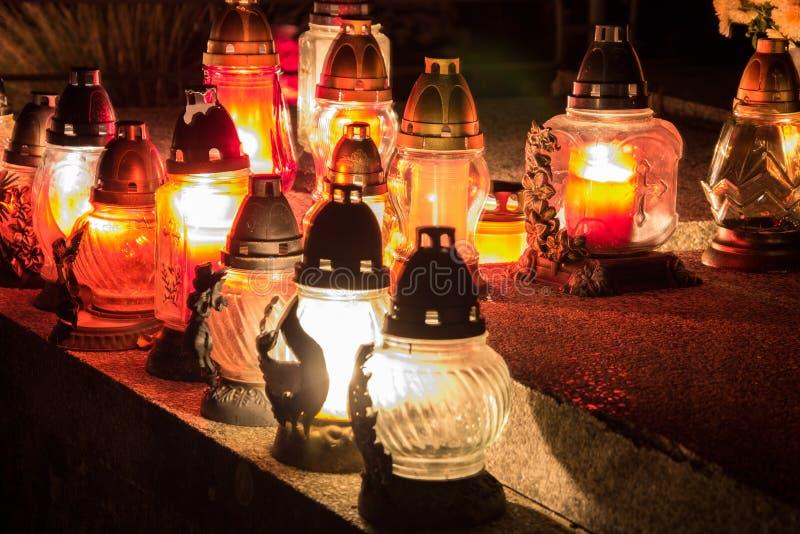Wotywne świeczki latarniowego palenia na grób w Słowackim cmentarzu przy nighttime Wszystkie Saints& x27; Dzień Namaszczenie Wszy obrazy stock