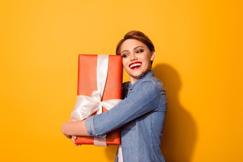 Wouah ! Ce ` s pour moi ! La jolie jeune femme heureuse tient la boîte rouge photo stock