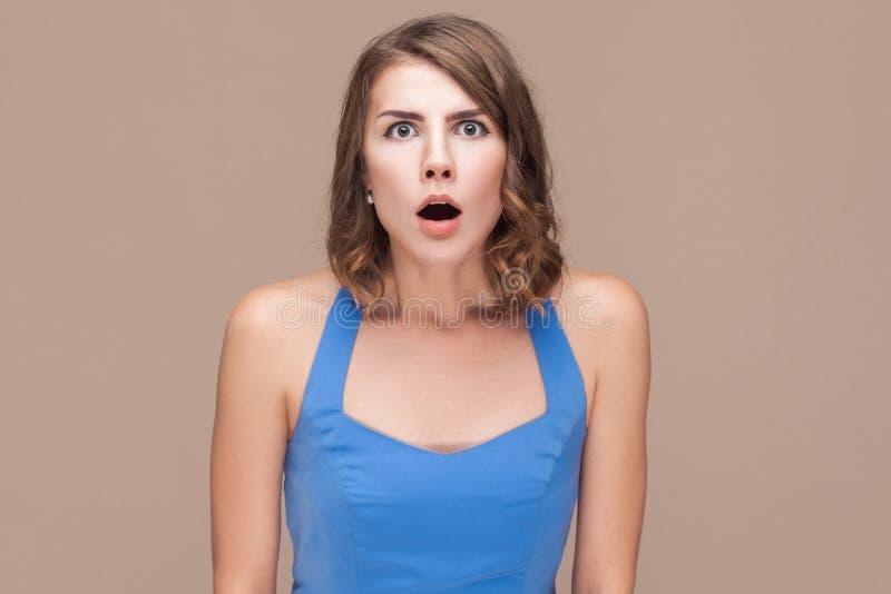 Wouah ! Femme choquée avec de grands yeux regardant l'appareil-photo photo stock