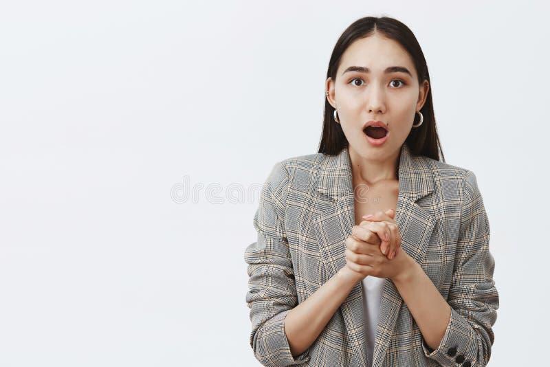 Wow,惊奇,更告诉我 震惊和震惊悦目亚裔女朋友画象夹克的在T恤杉 免版税库存图片