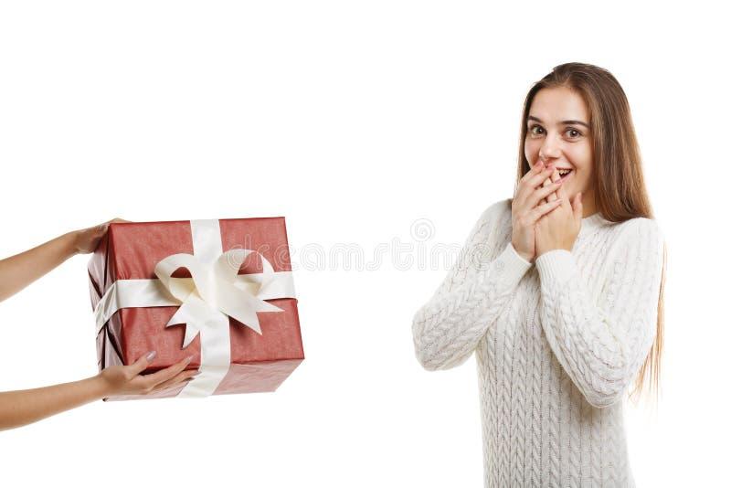 Wow ένα συγκινημένο νέο χαριτωμένο κορίτσι λαμβάνει ένα δώρο στοκ φωτογραφία με δικαίωμα ελεύθερης χρήσης