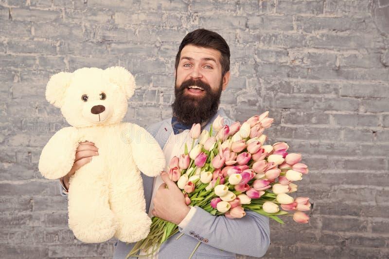 Wow Appuntamento d'amore festa internazionale regalo di primavera Nipponico barbuto con fiori Uomo barbuto con tulipano bouquet e fotografia stock libera da diritti